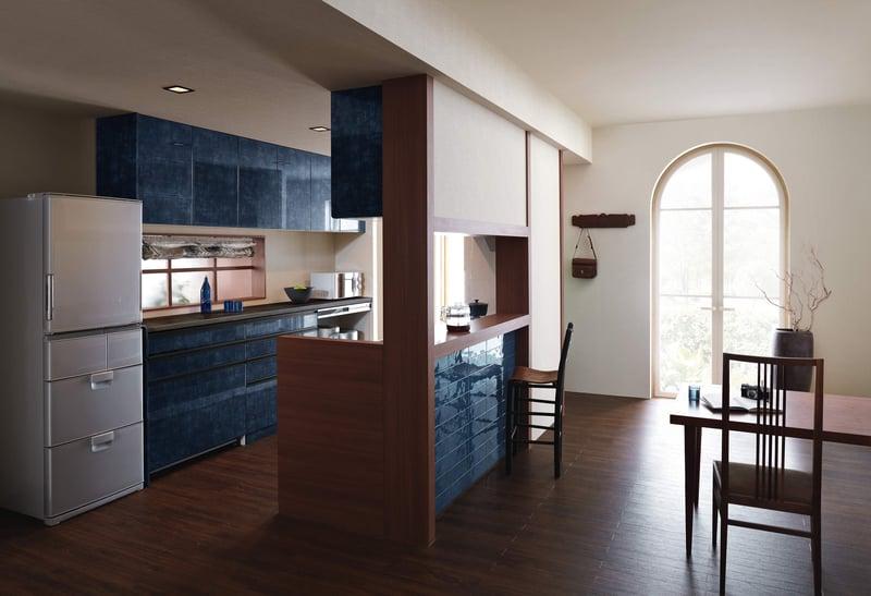 インテリアに深みを加える深い青色のキッチン