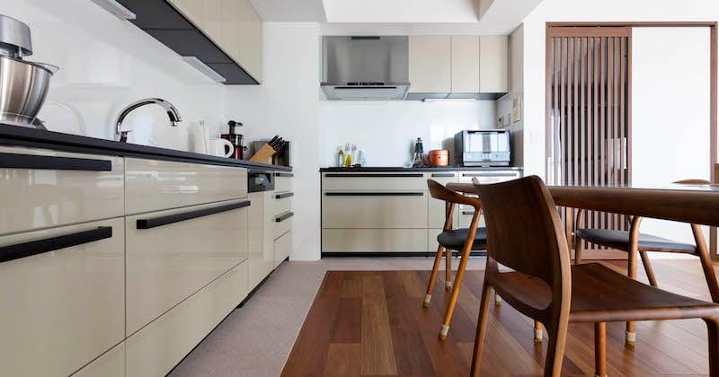 ヨーロッパの家具に調和するキッチン。グレージュと黒の佇まい