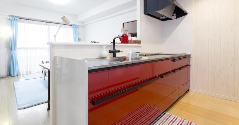 「白」から「赤」に大変身! 3種類の壁紙を組み合わせたおしゃれなキッチン サムネイル画像