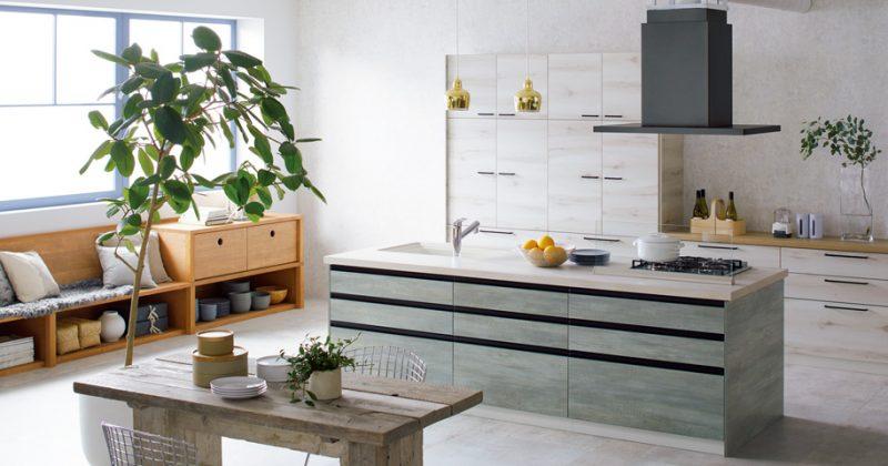 北欧スタイルの空間に藍染め調の木目キッチン サムネイル画像