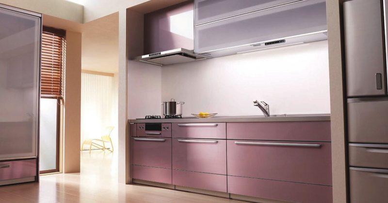 ステンレスの輝きにエレガントさを加えたロゼ色のキッチン