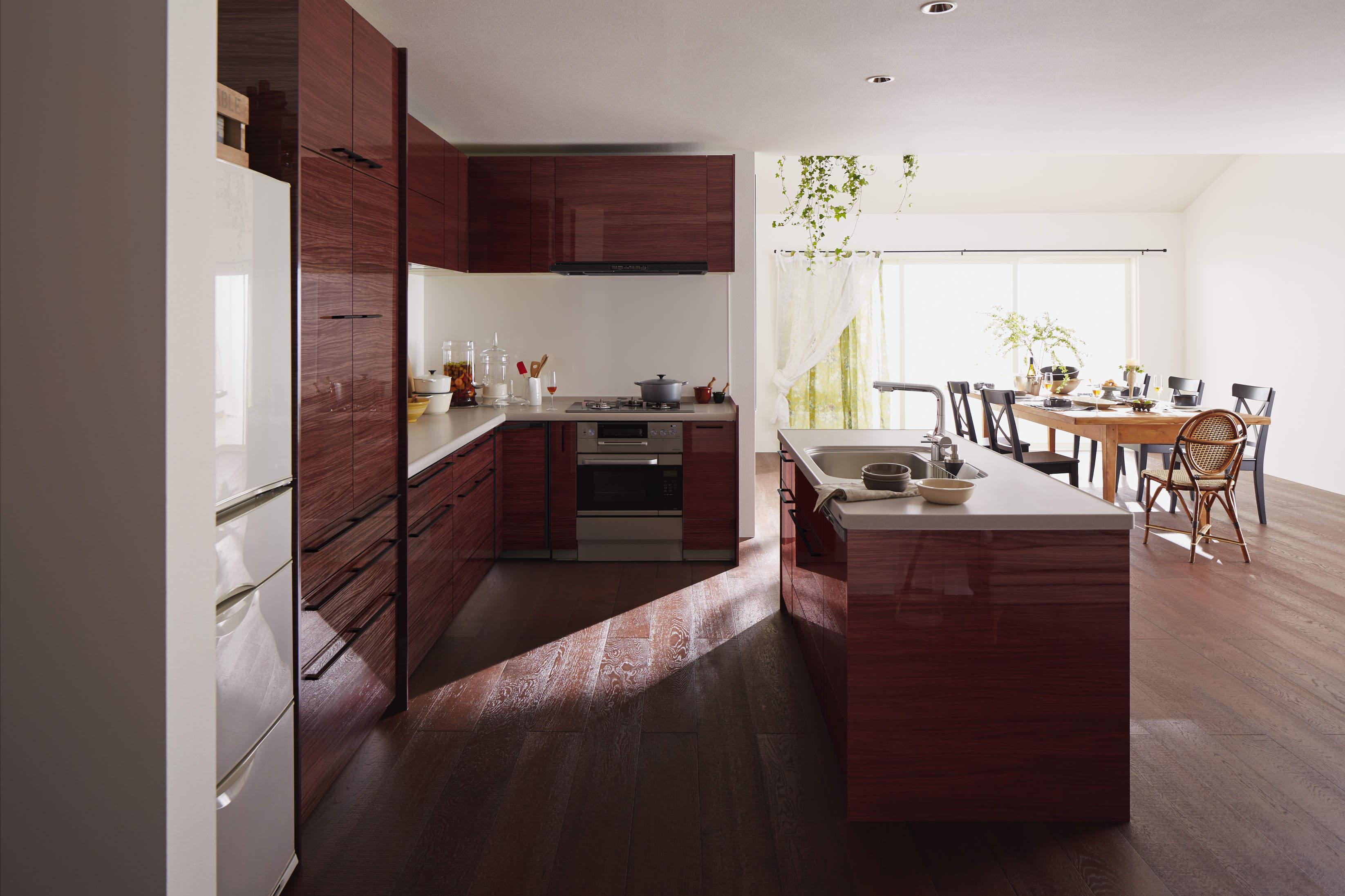 ウッディな床と木目のアイランドキッチンで開放的なLDK サムネイル画像