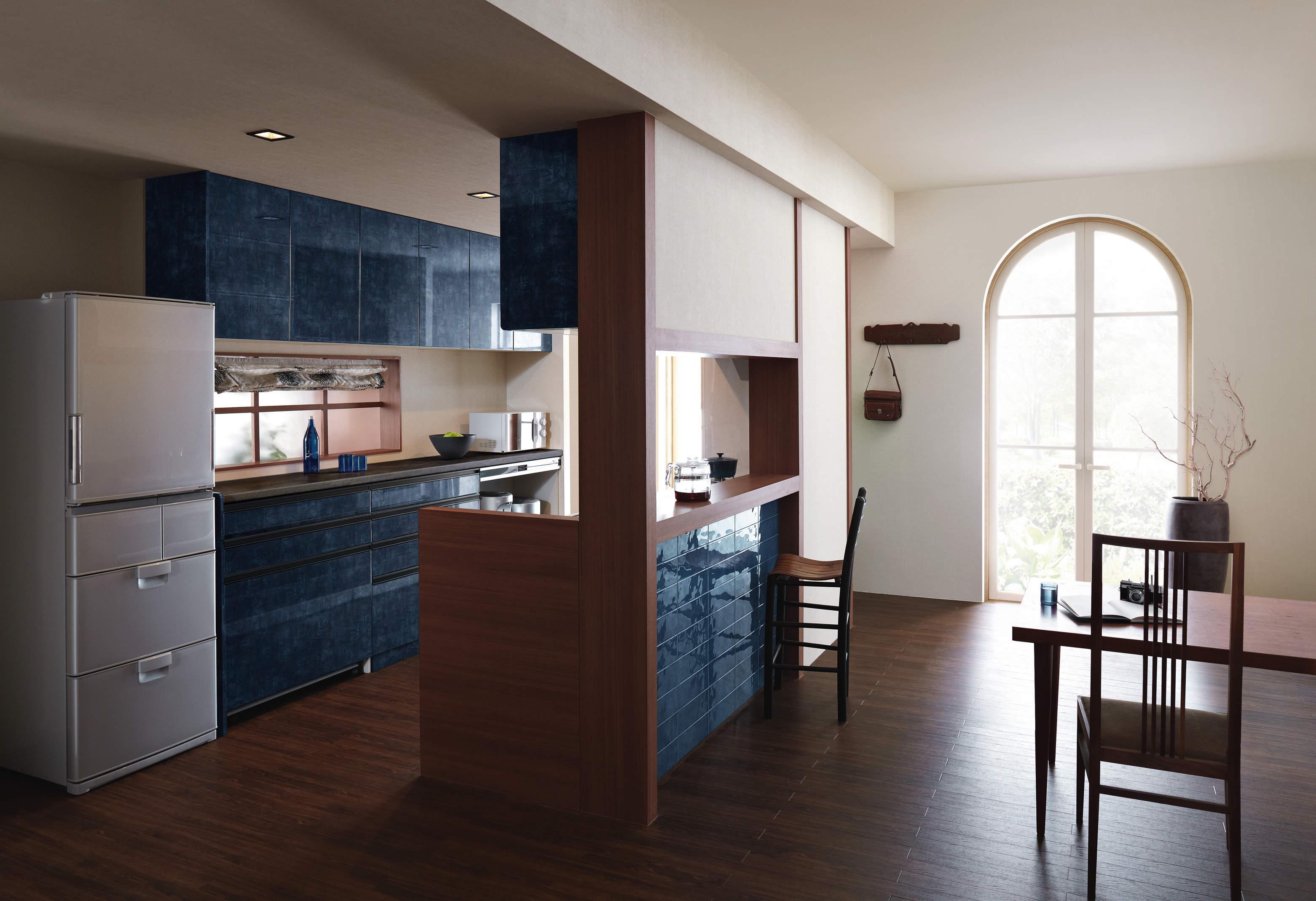 インテリアに深みを加える深い青色のキッチン サムネイル画像