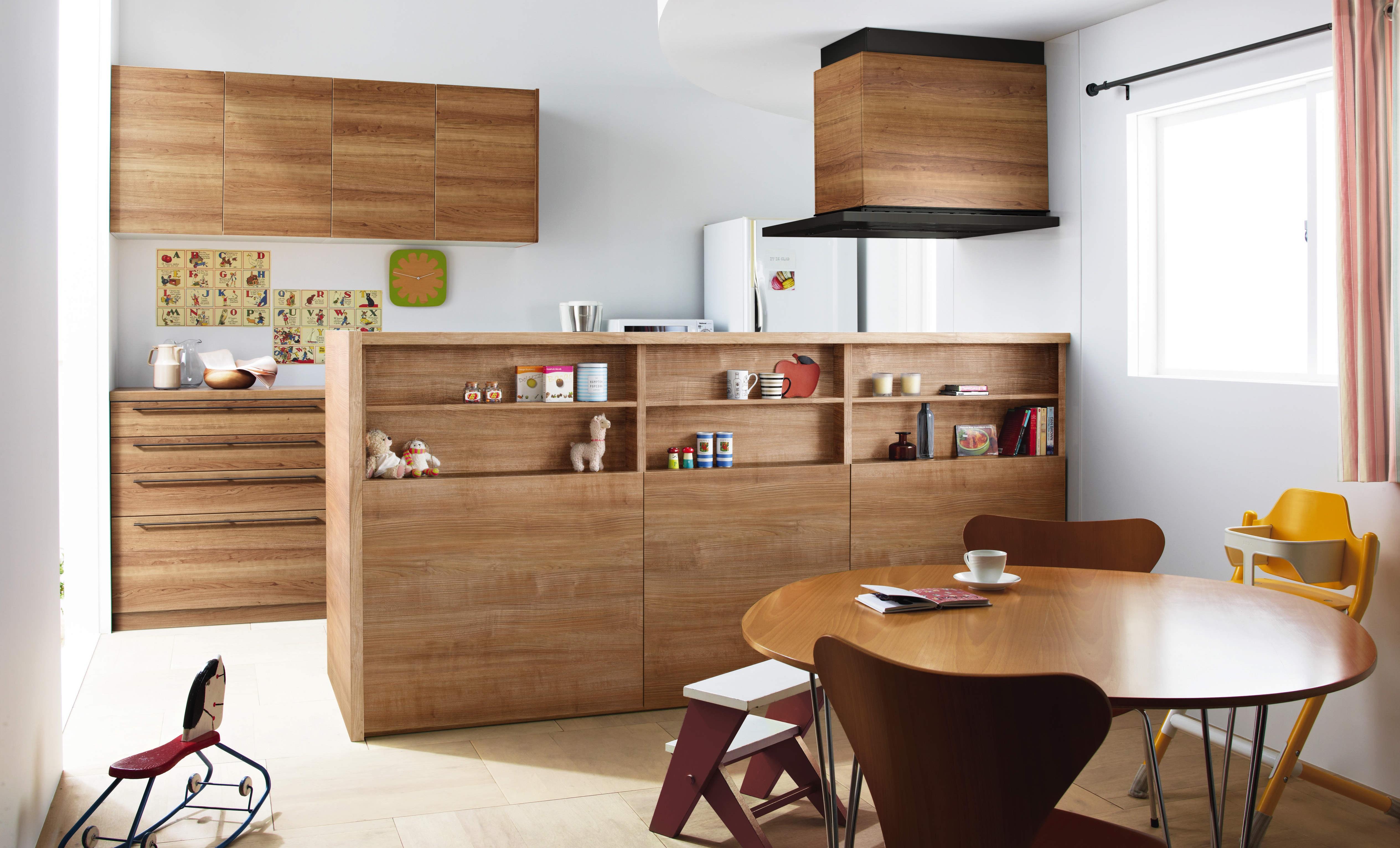 飾り棚のようなカウンターが魅力の木目コーディネートキッチン