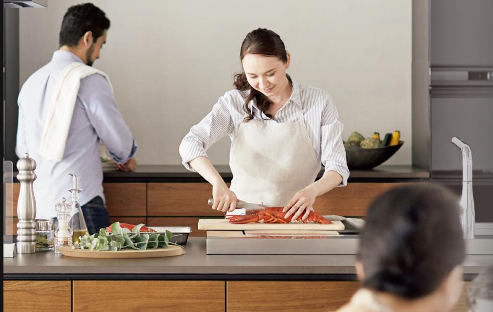 写真:料理している女性