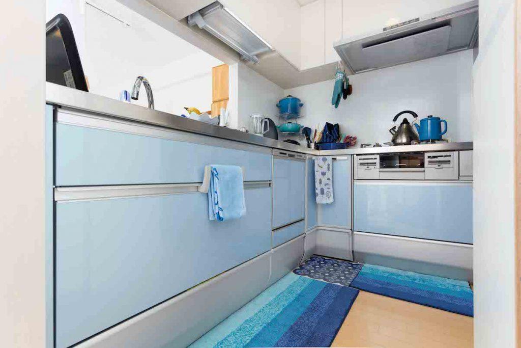 水色と白のさわやかなキッチン